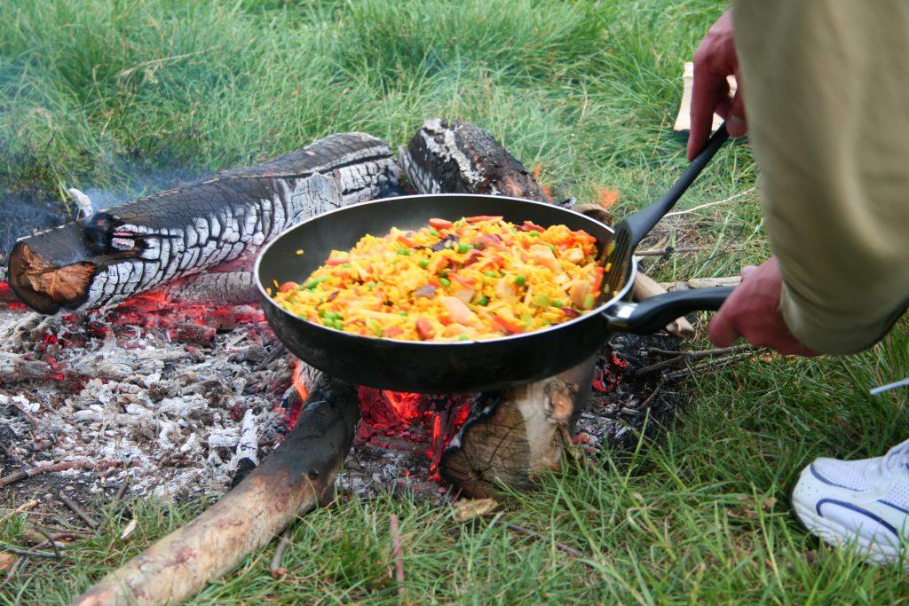 Pfanne mit Essen auf einer Feuerstelle