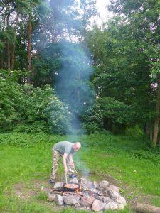 Kochen über Feuer in der Wilnis