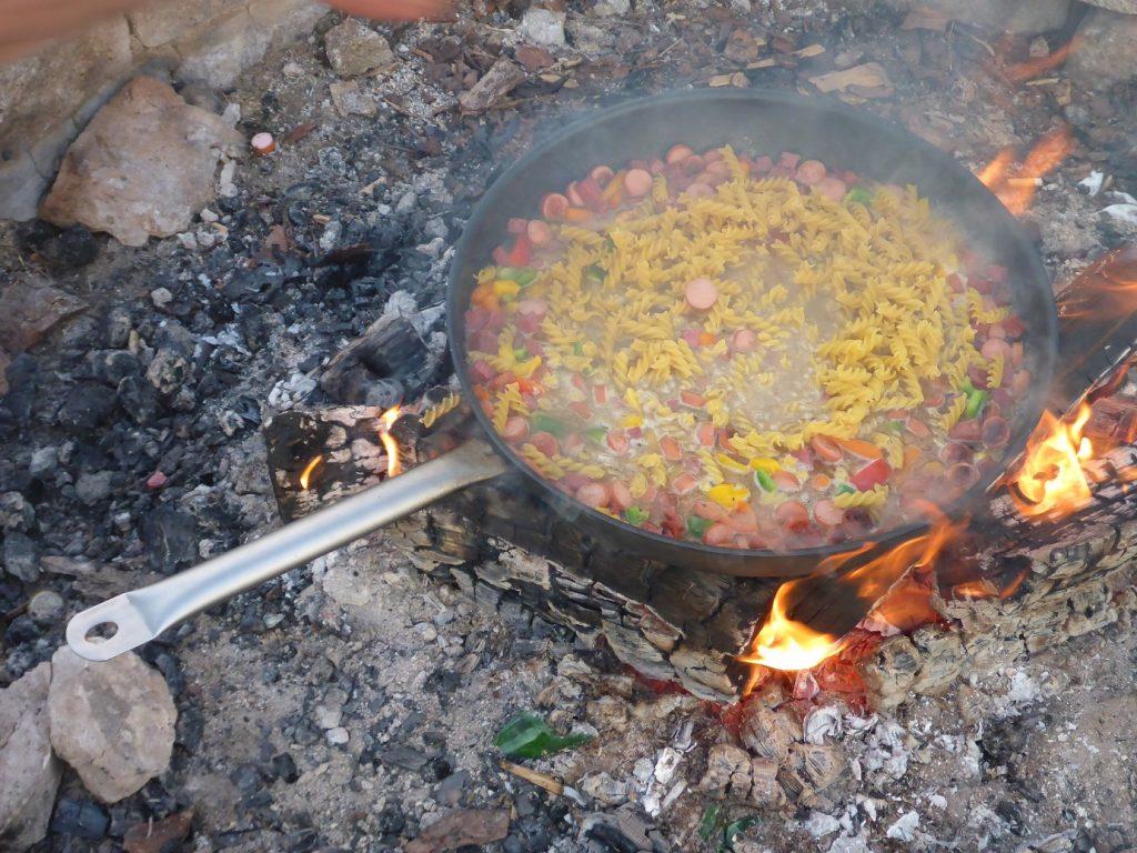 Essen über dem Lagerfeuer