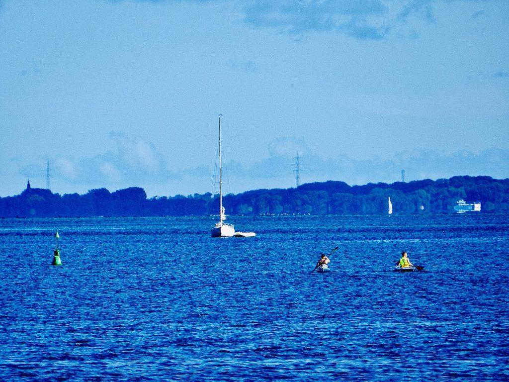 Auf dem Bild sind zwei Paddler im Strelasund die in Richtung der Insel Rügen Paddeln.